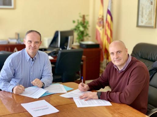 """Firma de la adhesión al decálogo de buenas prácticas por un sector de servicios """"responsable, seguro y saludable""""."""