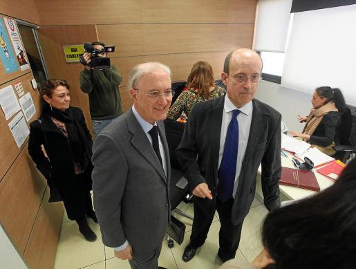 El presidente del TSJIB, Antonio Terrasa, junto al juez decano, Juan Carlos Torres, durante su visita a Ibiza en febrero.