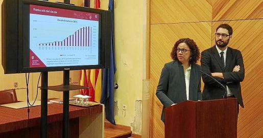 La consellera Catalina Cladera muestras las previsiones de cierre de deuda del año, que ha bajado en términos absolutos.