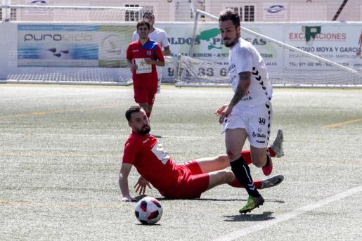 Cristian Cruz conduce el balón.