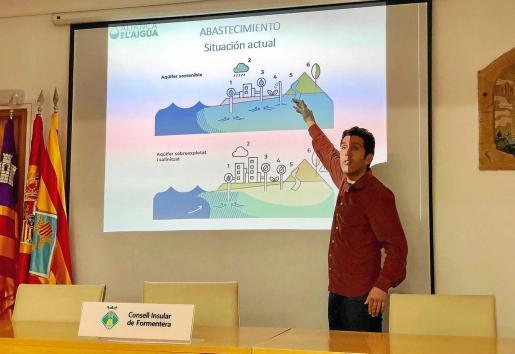 El coordinador de la Alianza por el Agua, Juan Calvo, durante la presentación en el Consell de Formentera.