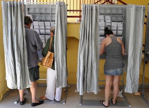 Varias personas votan en un colegio electoral durante las elecciones de 2016