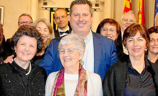 Concepción Oliver, Catalina Cantarellas y Margalida Terrassa con Andreu Riera.