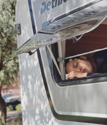 Lorena Castell aparca su caravana en el hospital para estar con su bebé.