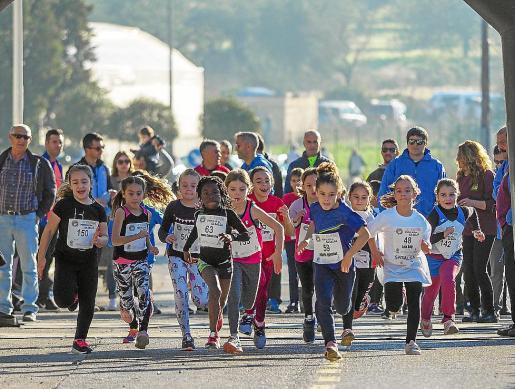 Un grupo de niños en una carrera celebrada en Ibiza.
