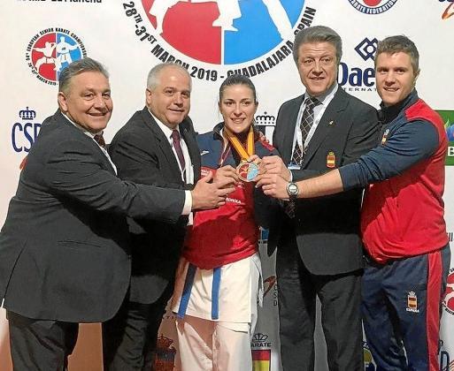 Laura Palacio posa con la medalla de oro que obtuvo ayer en la modalidad de kumite de más de 68 kilos.     30/03/2019 Laura Palacio, campeona de Europa de kumite en +68 kilos kárate
