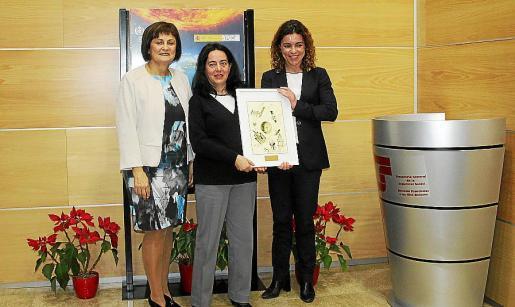 María José Guerrero y Rosario Sánchez hicieron entrega de un obsequio a la conferenciante Alícia Sintes.