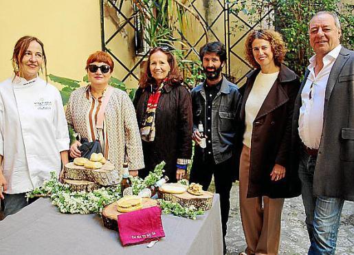 María Solivellas, Mariana Díaz, Patricia Estrada, Raúl Domínguez, Eva Mulet y Rainer Langues, en el jardín de la Galería Pelaires.