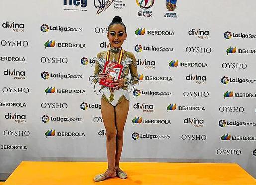 Leire García tras recibir su medalla en el podio.