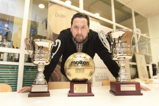 Javier Escandell, presidente del Pacha Ibiza, posa con los copas al primer y segundo clasificado y el Balón de Oro de la Copa Príncipe.
