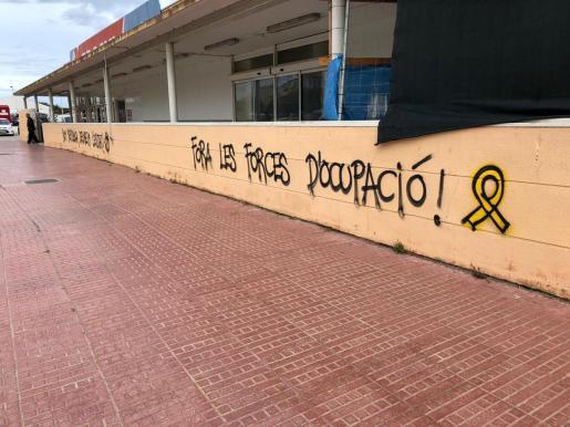 Hay lazos amarillos pintados en distintos puntos de la isla