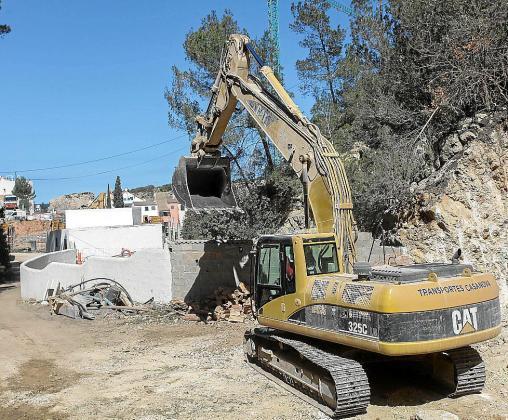 Una excavadora trabajando la semana pasada en las obras de ampliación de la depuradora.