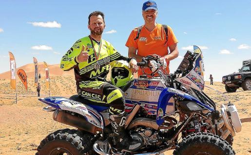Toni Vingut posa con su medalla tras acabar en tercera posición en el Afriquia Merzouga Rally.