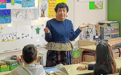 Gloria Cecilia Díaz ayer durante su primer taller en el Colegio Francés de Ibiza.
