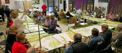 El local parroquial de Jesús se quedó pequeño para albergar a tantos tejedores de palmas.