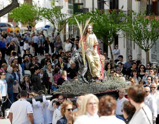Uno de los momentos más complicados de la procesión es la subida por el resbaladizo empedrado de la Cuesta del Rastrillo.