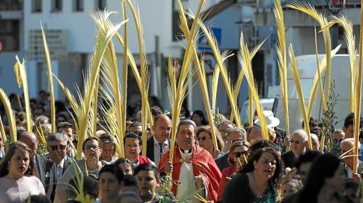 El párroco Vicent Ribas bendijo las palmas de los asistentes.