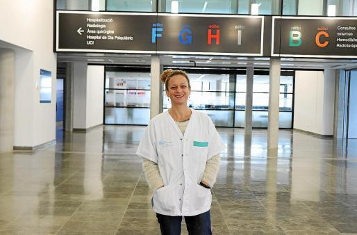 La mediadora intercultural del Área de Salud de Ibiza y Formentera, Samia Mestasi, en la entrada del hospital Can Misses.