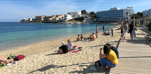 La playa recobró ayer la normalidad y muchas personas estuvieron tomando el sol, aunque no se vio a nadie en el agua.