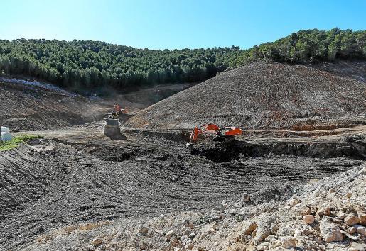 Máquinas trabajando en la zona donde se levantará la futura planta de triaje de Ca na Putxa.