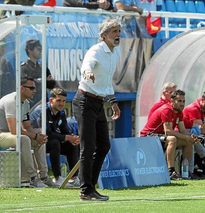 Pablo Alfaro instruye a los suyos.