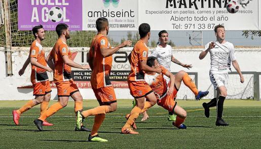 Nacho remata de cabeza en un lance del partido entre la Peña Deportiva y el Platges de Calvià.