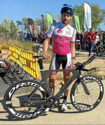 Josep Torres posa con su bicicleta.