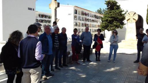 Algunos asistentes al acto del Cementeri Vell de Vila.