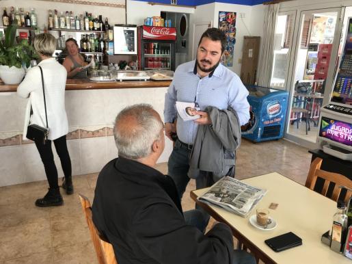 Santi Marí conversa con un vecino de Sant Joan.