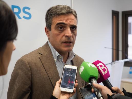 José Vicente Marí Bosó atiende a los medios.