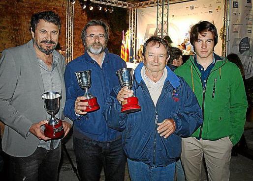 Los armadores galardonados Javier Chacártegui, del barco 'Ibo.es'; Miguel Capllonch, del 'Nocticula'; y Joan Cabrer, del 'Vell Marí', y Julián Capllonch.