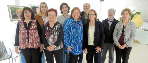 Juana Mª Horrach, Margalida Ramón, Margarita Zanoguera y Magdalena Sastre.Detrás: Martina Perelló, Mª Antonia Gomila, Javier Cuesta, Mari Cruz García y Catalina Monjo.