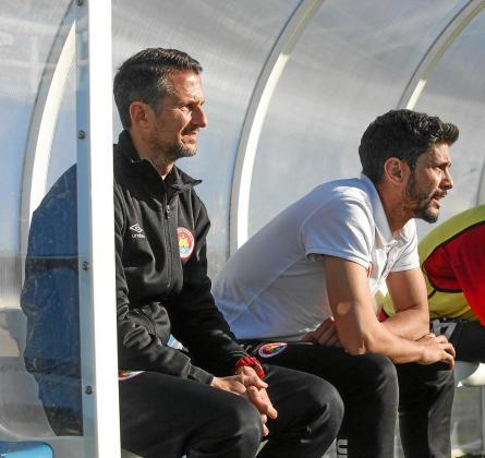 Antonio Racero 'Puma' y Carlos Tomás, primer y segundo entrenador del CD Ibiza, en el banquillo durante el partido del sábado contra el San Rafael.