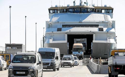Vehículos desembarcando en el puerto de la Savina.