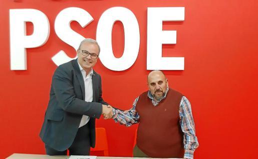 Vicent Torres y Antonio Pedro, de Prou!, certificaron ayer el acuerdo entre el partido y la plataforma ciudadana.