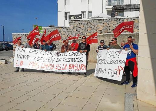 Los trabajadores de limpieza se mantienen firmes en sus protestas.