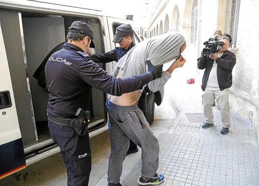 El acusado, de 37 años, accediendo este miércoles a los juzgados.
