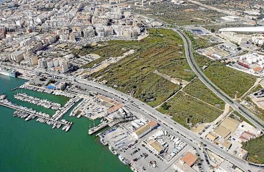 Vista aérea de ses Feixes des Prat de Vila y del puerto.