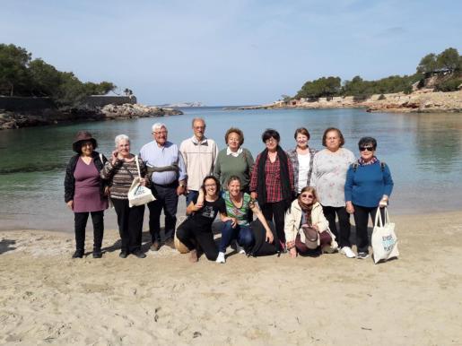Los participantes en la limpieza de plásticos en Cala Gració.
