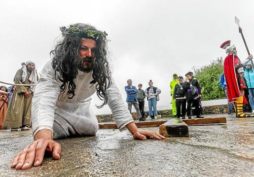 El recorrido y la representación se realizó bajo la lluvia lo que añadió más espectacularidad y dramatismo al Vía Crucis.