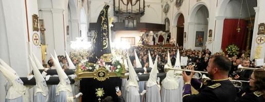 Los miembros de la Agrupación Musical Santo Cristo Yacente tocando ayer por la noche para la Cofradía Nuestra Señora de los Dolores.