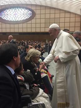 El Papa dice que quien rechaza a los homosexuales «no tiene un corazón humano».