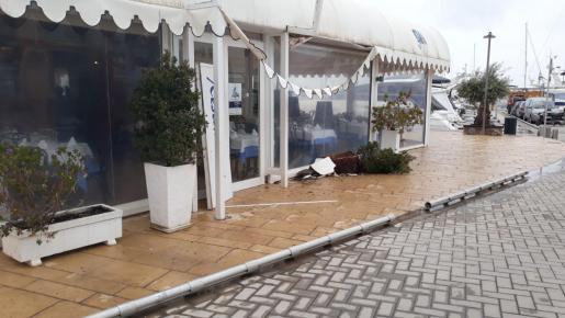 Estado en el que quedaron las terrazas tras la embestida del coche
