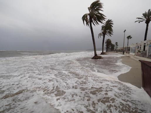 La fuerza de las olas ha arrastrado la arena de muchas playas de la zona