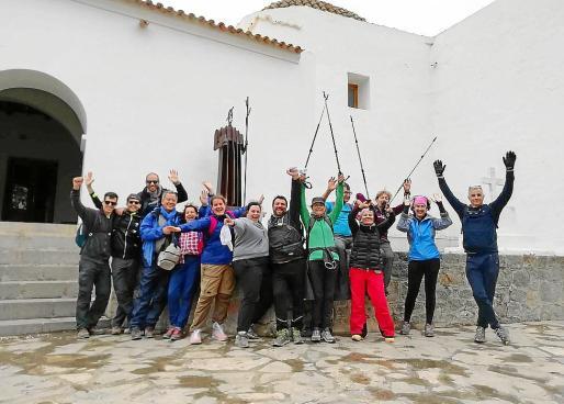 Varios participantes del Trekking Days Ibiza posan juntos.