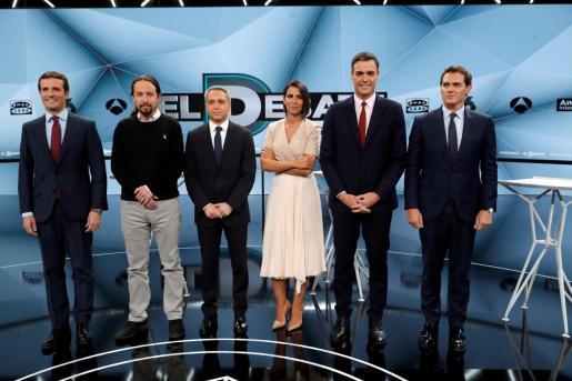 Los candidatos a presidir el Gobierno de España tras las elecciones generales, Pablo Casado (PP) (i); Pablo Iglesias (Unidas Podemos) (2i); Pedro Sánchez (PSOE) (2d) y Albert Rivera (Cs) (d), posan junto a los periodistas y presentadores Ana Pastor y Vicente Vallés.