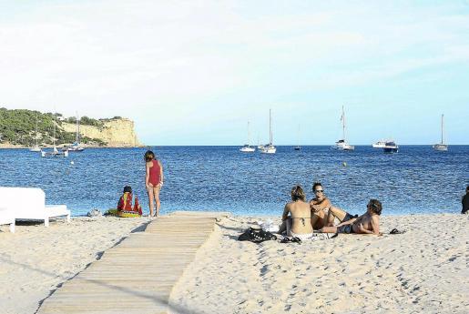 La playa de Talamanca dispone de una zona libre de humo donde no está permitido fumar.