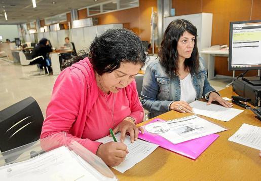 Eva Pacífico y Andrea Manzano ayer en el Consell d'Eivissa.