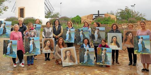 Las catorce participantes en el curso organizado por Cristina Ferrer posan con sus cuadros en Sa Punta des Molí, en Sant Antoni.