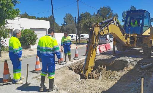 Operarios de la empresa encargada de este suministro excavan una zanja para reparar la tubería averiada.